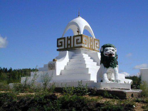 Памятный субурган, посвященный Далай-ламе XIV