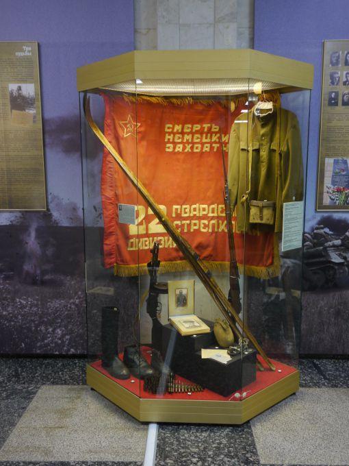 Экспонаты выставки - лыжи, автомат, винтовка новосибирских бойцов.