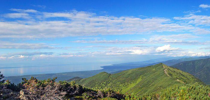 Вид на озеро Байкал с перевала Тальцинский. Хребет Хамар-Дабан, Иркутская область. Фото: Кирилл Буртасовский