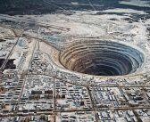 Гигантский алмазный карьер, расположенный в Якутии, в городе Мирный