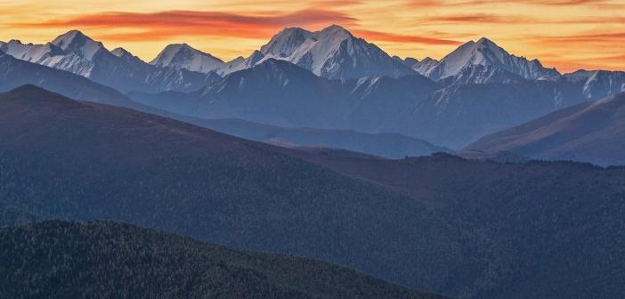 Гора Маашей (в центре) и другие вершины Северо-Чуйского хребта. Алтай Фото: Павел Филатов