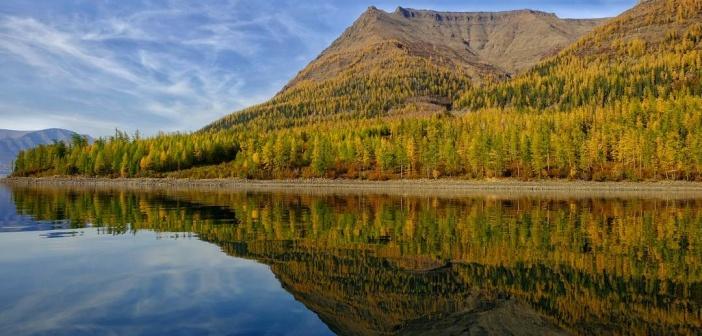 Одно из зеркал Путоран, озеро Лама. Отражение полуострова Каменного Фото: instagram lopatinnikita