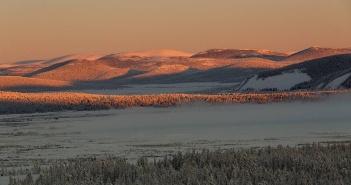 Первые лучи солнца греют холодные склоны Оймяконских гор, р. Кюбюме, Якутия Фото: instagram potapovm_yakutia
