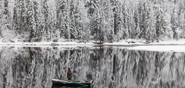 Зимняя Бия.  Река Бия, недалеко от истока из Телецкого озера. Алтай.   Фото: Антон Петрусь