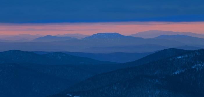 Игра света и цвета по склонам Горной Шории! Вид с горы Мустаг.  Фото: Павел Художников