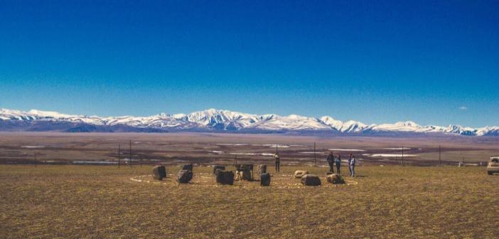 Жертвенник и каменный воин недалеко от села Ортолык, республика Алтай.   фото: Кирилл Белов