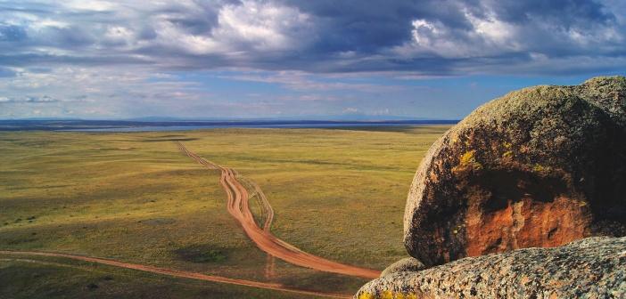 Дорога к озеру «Торе-холь». Вид с горы «Кара-хая». Республика Тыва.  1/3 часть озера находится на территории Монголии.  Фото: Денис Давыдов