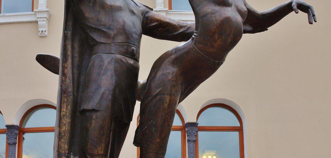 Памятник народным артистам П. Абашееву и Л. Сахьяновой