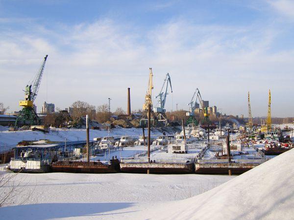Речные суда на зимовке в грузовой части порта