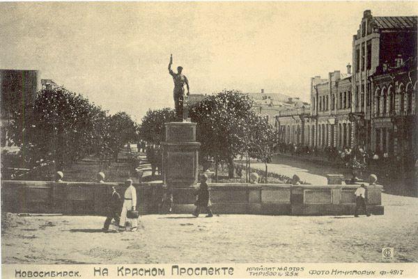 Фигура комсомольца-молотобойца на месте разрушенной часовни (между 1930—1938 гг.)
