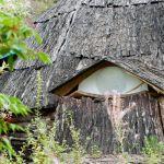 Якутский балаган - низкое прямоугольное строение с наклонными стенами источник: strana.ru