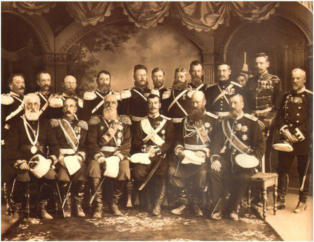 Наследник цесаревич и Великий Князь Николай Александрович (в центре) и начальники отделов Семиреченского казачьего войска