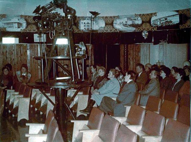 «Звёздный зал» Томского планетария в 1980 – 1990 гг. Источник: http://planetarium.tomsk.ru/articles/istoriya_tomskogo_planetariya/