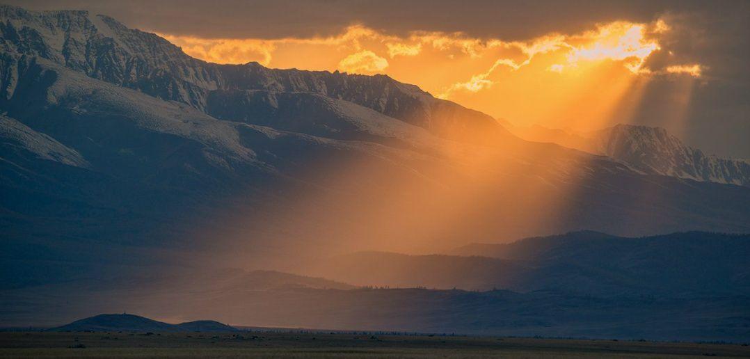 Вечернее солнце над Северо-Чуйским хребтом, Алтай. Автор: Светлана Казина