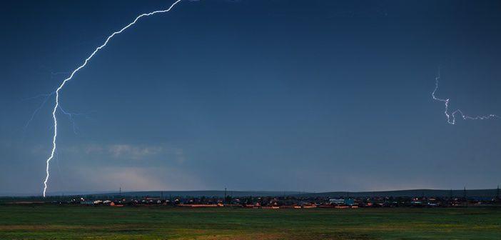 Гроза над деревней под Иркутском Фото: Станислав Толстнев