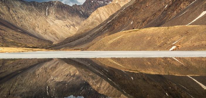 Озеро Киндыктыкёль — зеркалом отражает всю суровость хребта Чихачёва… Красота голых скал отображается в чистейшей воде горного озера, и, если бы не полоса льда, отражение было бы абсолютно идеальным…   фото: Светлана Казина
