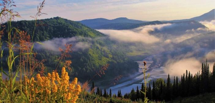 Утро в горах Кузнецкого Алатау. Туман заполнивший долину реки поднимается и лёгкими облачками улетает прочь.  Фото: Сергей Чиняев