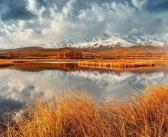 Северо-Чуйский хребет возвышается над озером Джангысколь в окружении позднеосенней Курайской степи, Алтай  Фото: instagram erlizz
