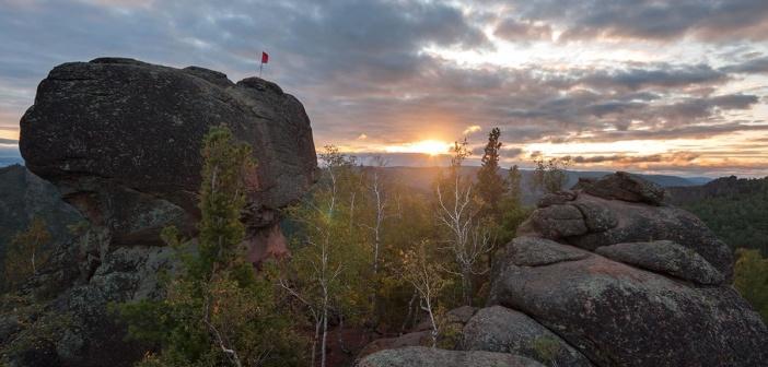 Рассвет на скальном массиве Воробушки. Заповедник Столбы, Красноярский край Фото: Марк Базуев