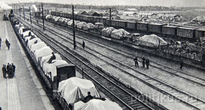 Поезд с оборудованием эвакуированного завода идёт на восток (1941 г.)