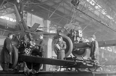 Производство 122-мм гаубиц М-30 на советском заводе