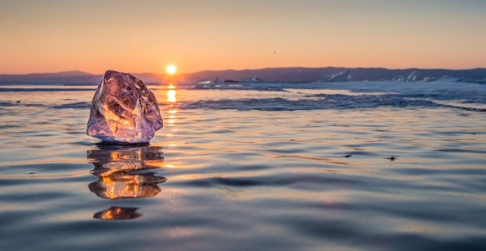 Байкальский лед на фоне прекрасного заката